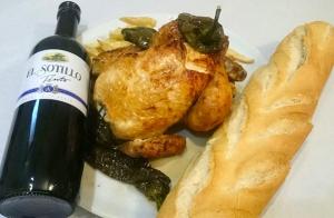 Pollo asado, botella vino, pan para llevar
